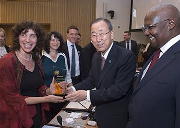 Laura Stachel receives award